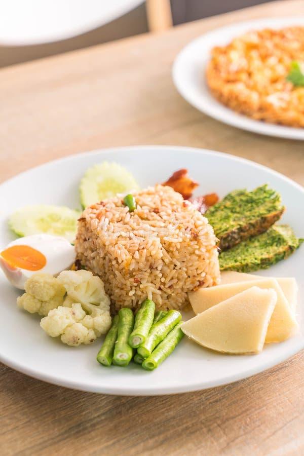 le riz a mélangé la sauce à pâte de crevette aux poissons frits croustillants et au p doux photo stock