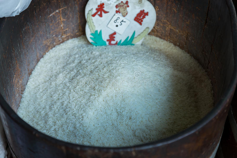 Le riz pour le grand fer barrels sur le marché photographie stock