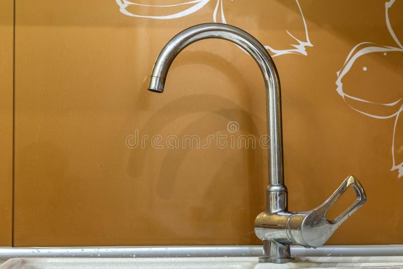Le robinet d'eau, passent le robinet au bichromate de potasse inoxydable en métal dans la salle de bains ou la cuisine, l'eau fro images stock