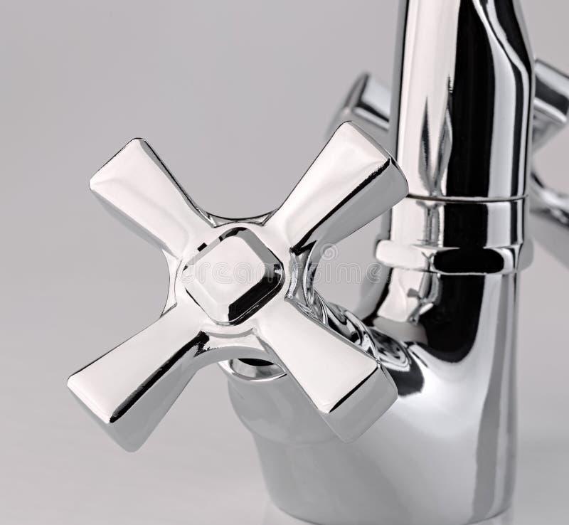 Le robinet d'eau, robinet pour la salle de bains et mélangeur de cuisine, isolat photographie stock libre de droits