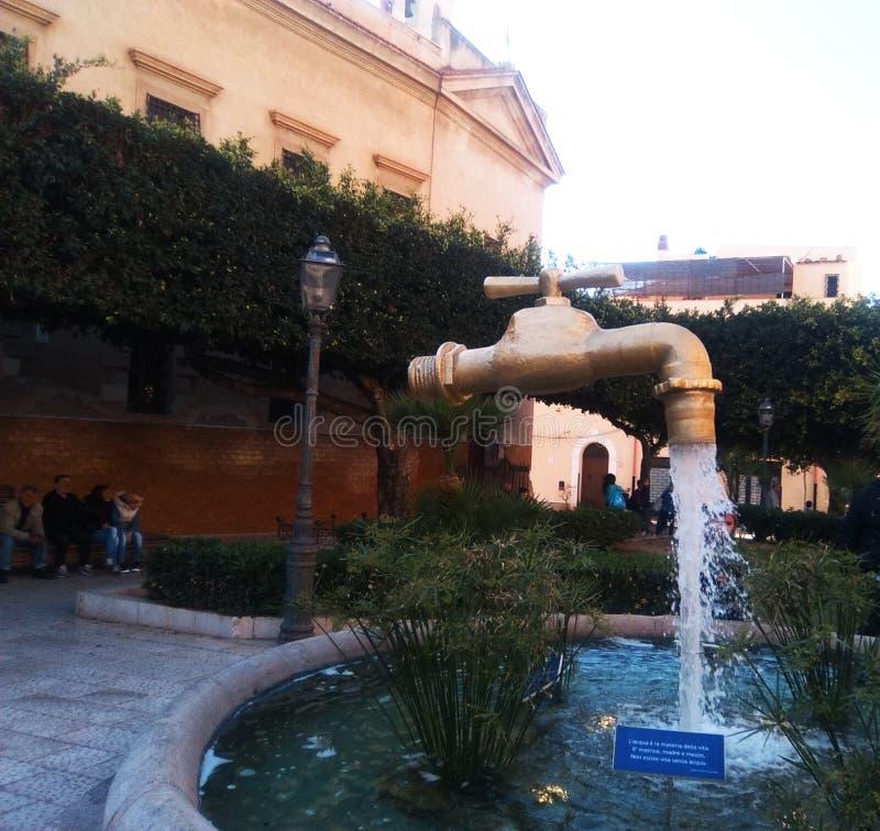 Le robinet magique de la villa San Giuseppe dans la province de terrasini de Palerme images libres de droits