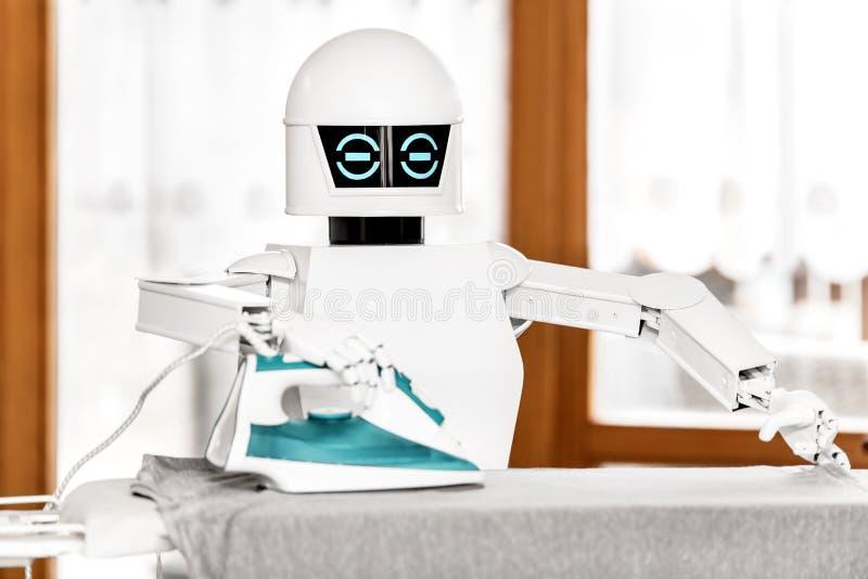 Le robot autonome de service repasse photographie stock