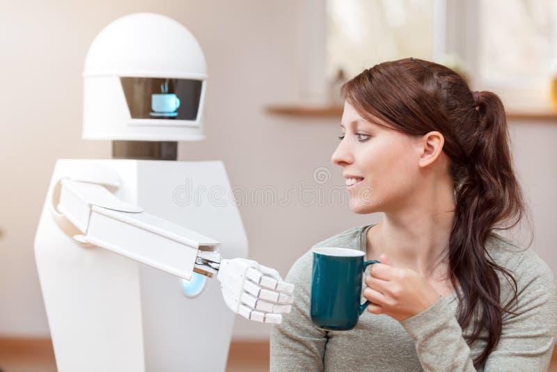 Le robot de service donne un café photos libres de droits
