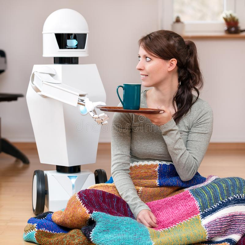 Le robot de service donne un café photo stock