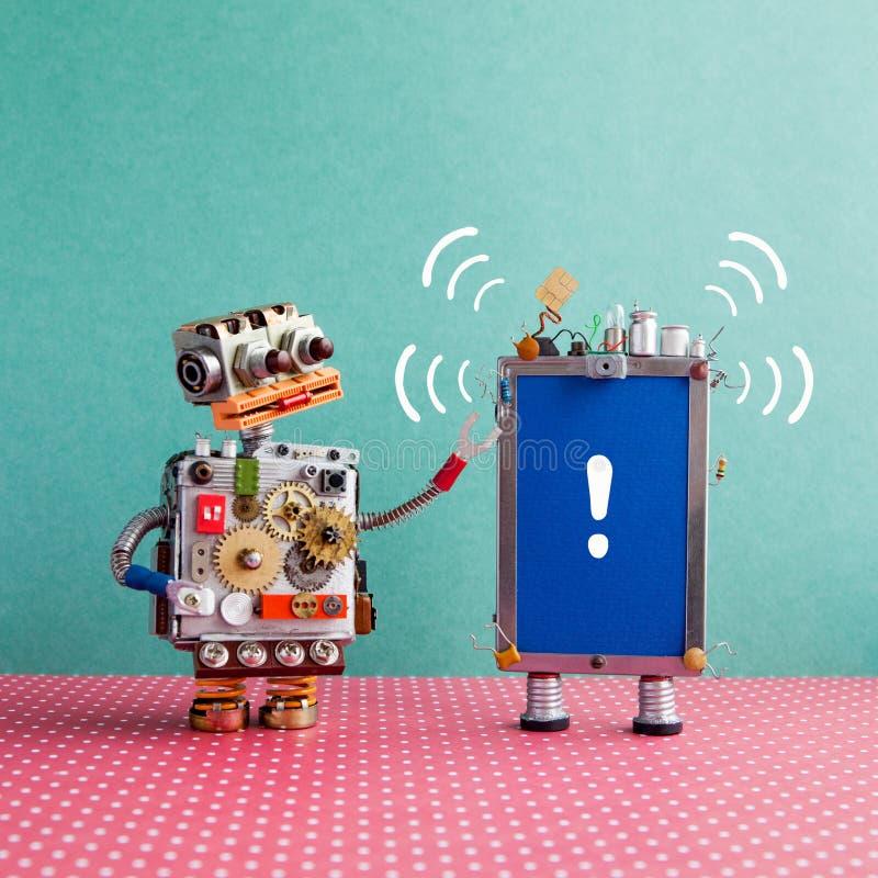 Le robot regarde un smartphone avec le bruit de signal sonore et la marque d'exclamation sur l'écran bleu Attention et aide entre photo libre de droits