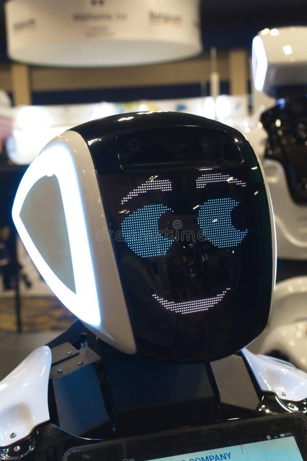 Le robot salue des visiteurs à 2019 CES photographie stock