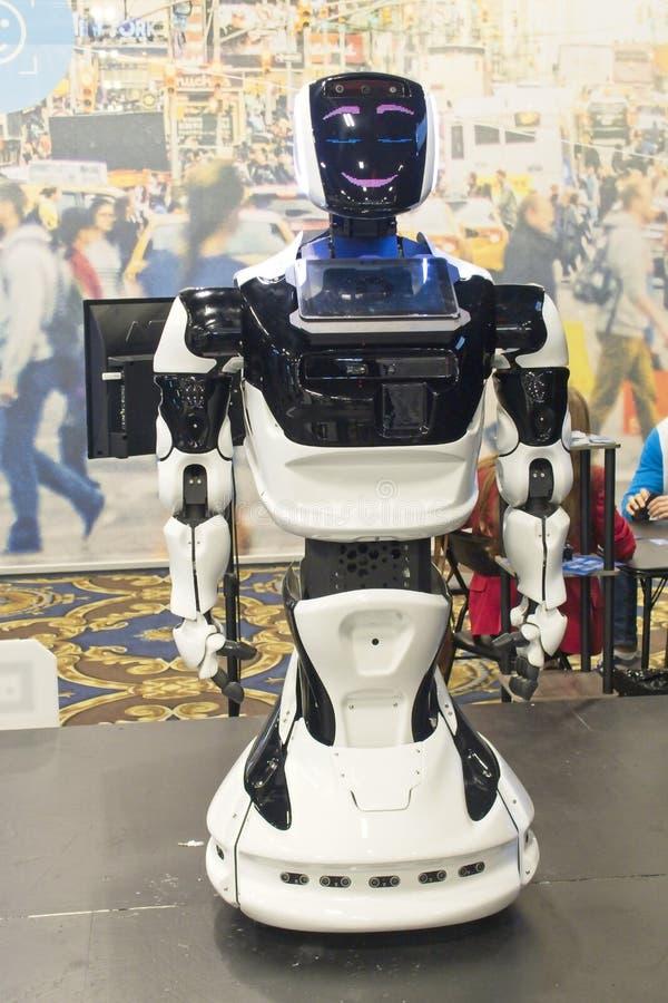 Le robot salue des visiteurs à 2019 CES images stock