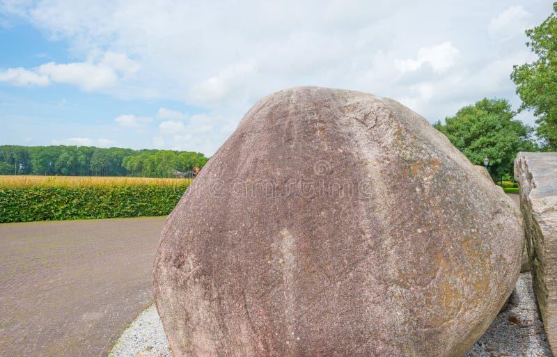 Le rocce antiche hanno andato una volta da un ghiacciaio vicino ad uno stabilimento fotografia stock libera da diritti