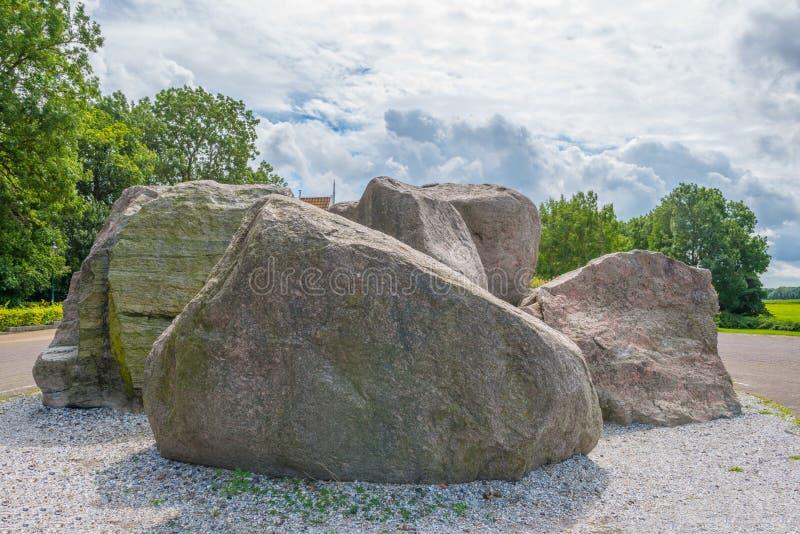 Le rocce antiche hanno andato una volta da un ghiacciaio vicino ad uno stabilimento immagine stock
