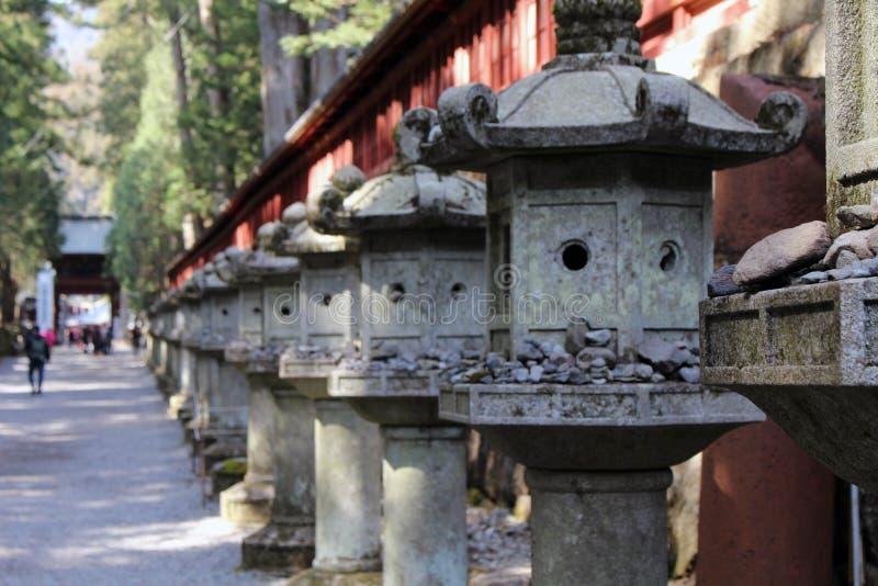 Le rocce e i toros che si accendono intorno a Futarasan shrine, nel compl fotografie stock libere da diritti
