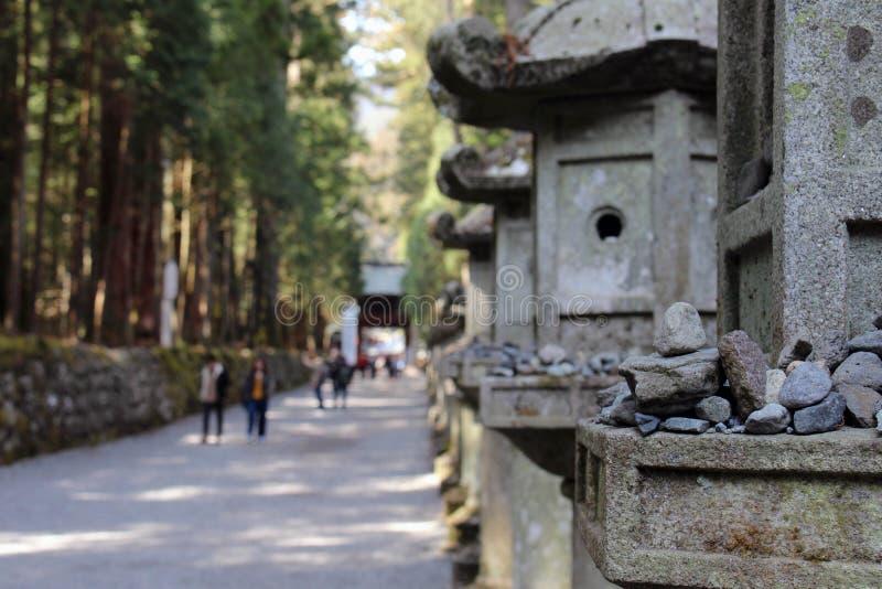 Le rocce e i toros che si accendono intorno a Futarasan shrine, nel compl fotografia stock
