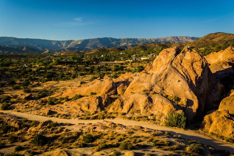 Le rocce e la vista delle montagne distanti a Vasquez oscilla il parco della contea fotografia stock libera da diritti