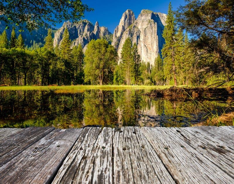 Le rocher de la cathédrale centrale réfléchit à la rivière Merced à Yosemite images libres de droits