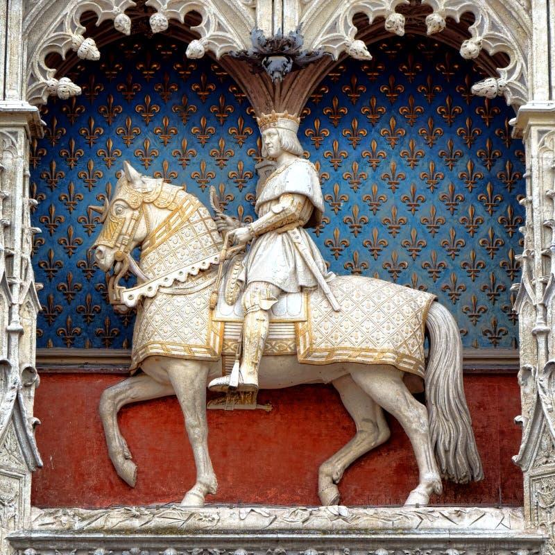 Le Roi Louis Equestrian Statue de château du Val de Loire images libres de droits