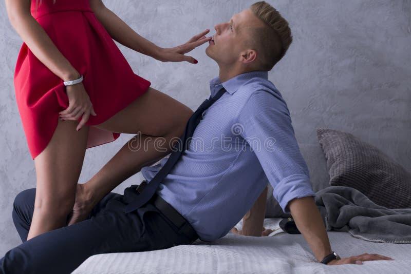 Le romance des collègues image stock