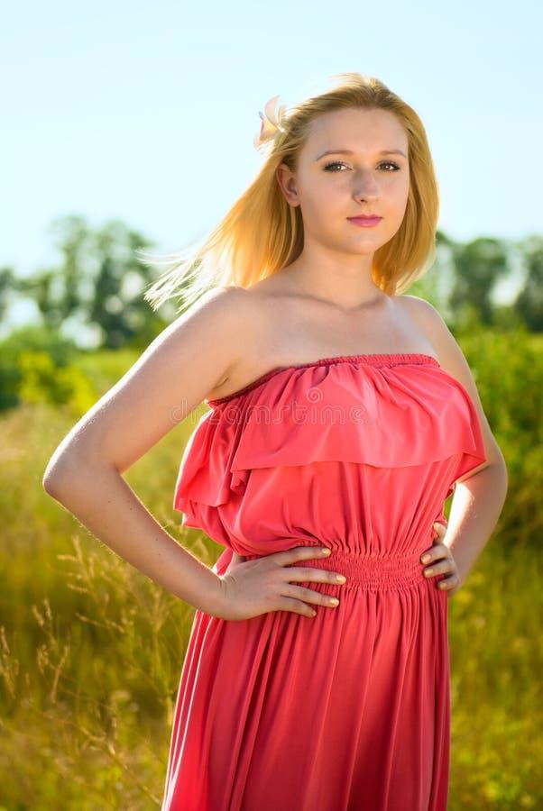 Le romantisk ung kvinna utomhus fotografering för bildbyråer