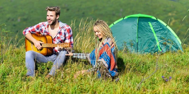 Le romantisme de la randonnée Camping en montagne Air frais et sensations pures Couple amoureux cadre naturel de détente et de bo photo stock