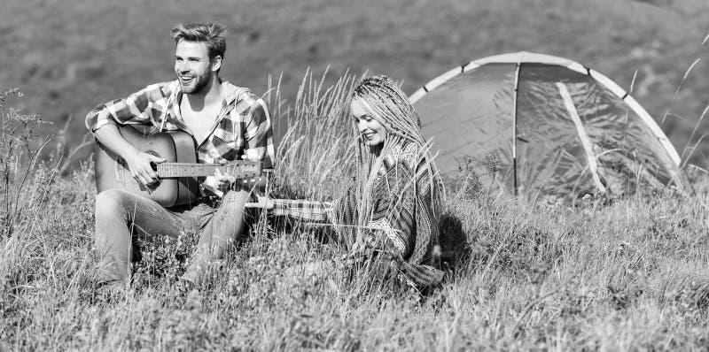 Le romantisme de la randonnée Camping en montagne Air frais et sensations pures Couple amoureux cadre naturel de détente et de bo photo libre de droits
