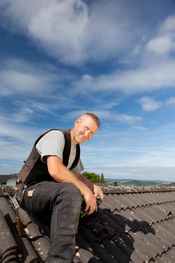 Le roofersammanträde på taket royaltyfri fotografi
