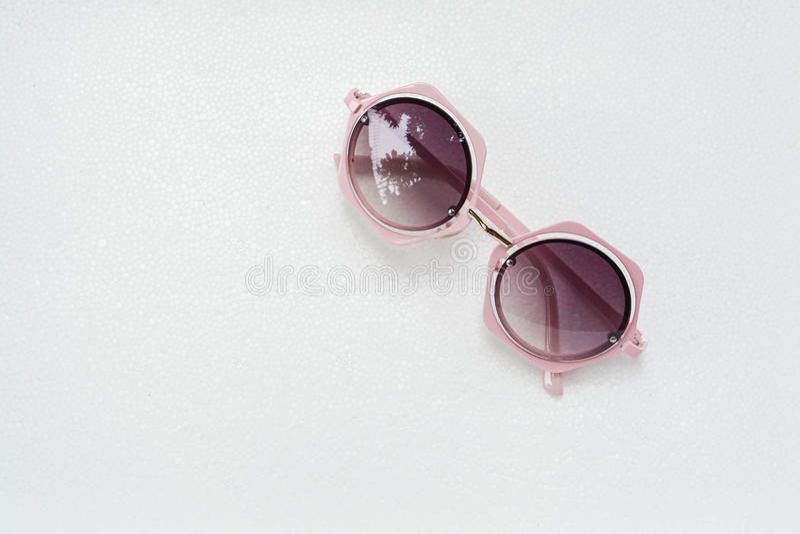 Le rose d'isolement de femme a conçu des lunettes de soleil photos libres de droits