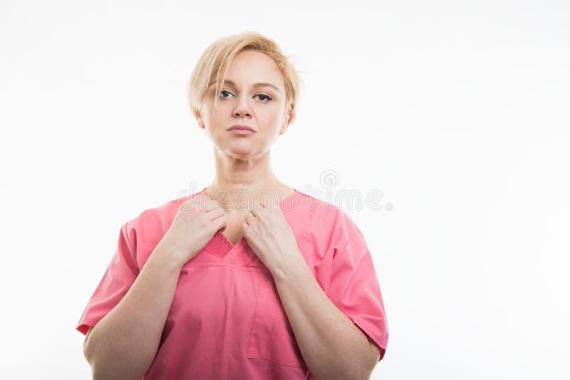 Le rose de port d'infirmière assez féminine frotte s'charger de la chemise photographie stock
