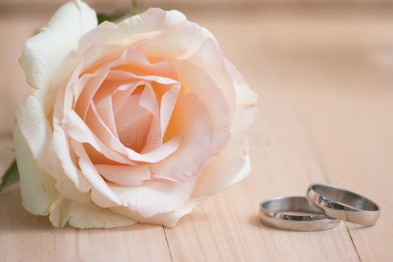 Le rose en pastel Rose mise près et engagent l'anneau et le chandelier, Vale photographie stock