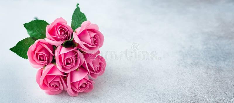 Le rose a monté bouquet de fleurs sur fleurs de fond de pierre de belles photos stock