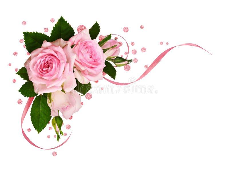 Le rose a mont? des fleurs avec les rubans de feuille et en soie verts dans une disposition faisante le coin photo stock