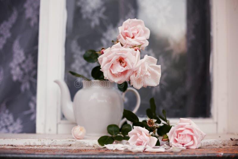 Le rose rosa di Bush in un vaso fotografie stock libere da diritti