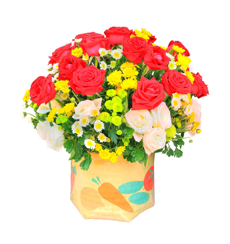 Le rose rosse e bianche fiorisce il mazzo ed il tulipano giallo in secchio i immagine stock libera da diritti