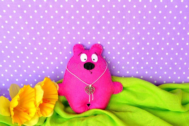 Le rose a senti l'ours de nounours - jouet fait main d'enfants, cousant le métier photographie stock