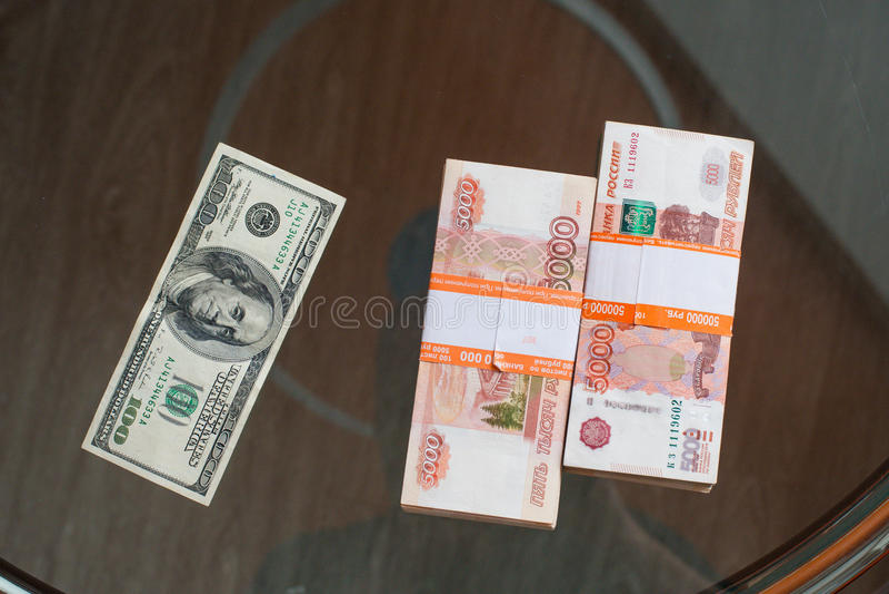 Le rouble russe et le dollar US images stock