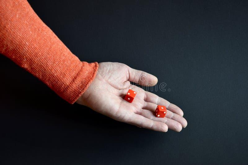 Le rouge découpe dans la main masculine se dirigeant vers le bas photographie stock libre de droits