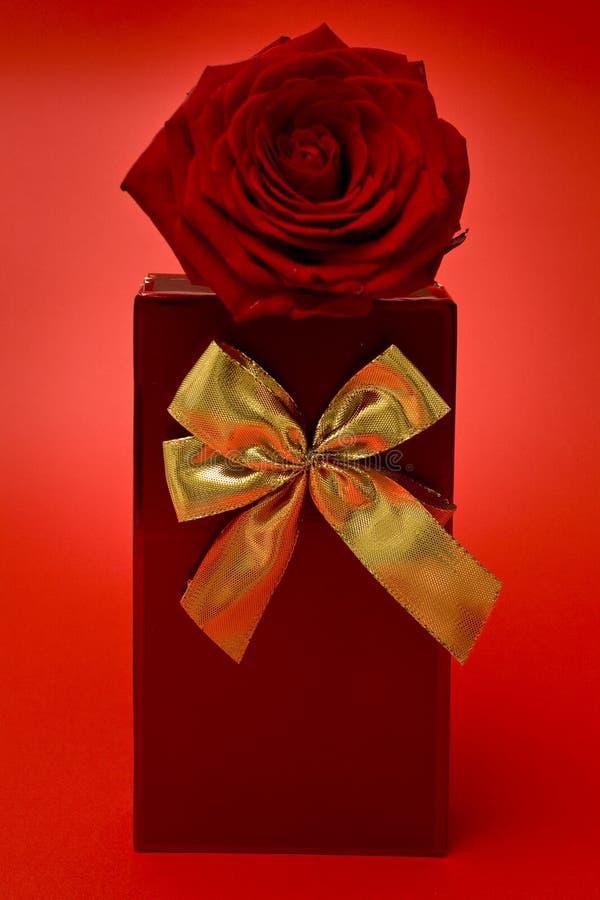 le rouge de cadeau a monté image stock