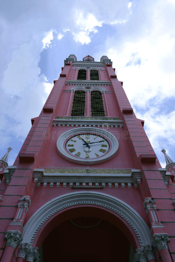 Le rouge de l'église catholique à Ho Chi Minh Ville, rue, Vietnam images libres de droits