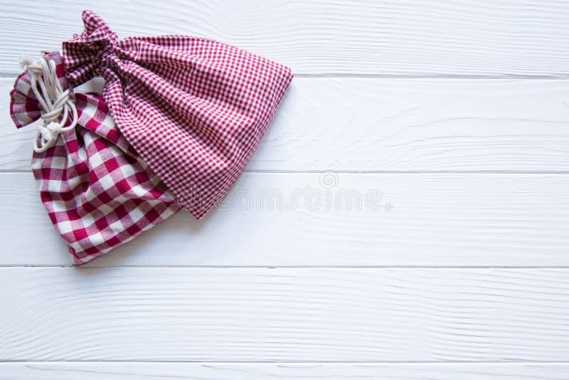 Le rouge de Noël quadrillé renvoie sur le fond rustique en bois blanc, photo stock