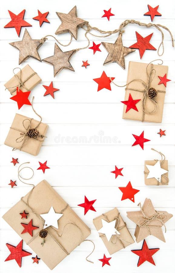 Le rouge enveloppé de cadeaux tient le premier rôle la configuration d'appartement de décoration photographie stock libre de droits