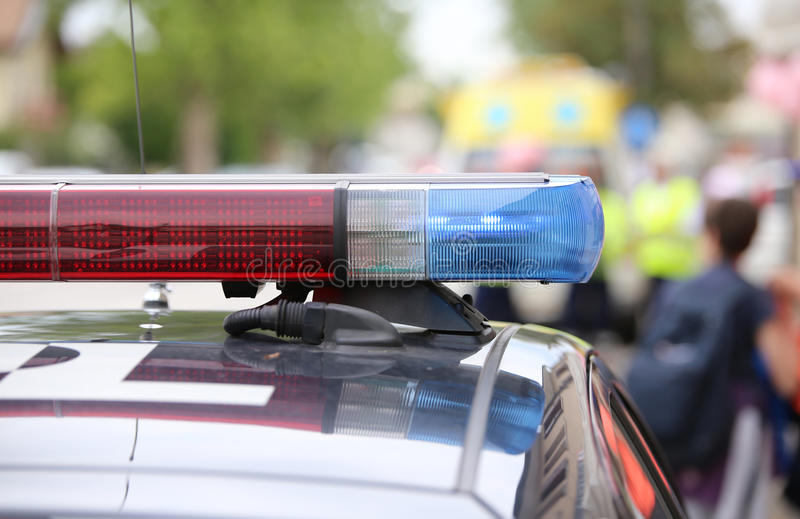 le rouge et les lumières clignotantes bleues de la police patrouillent pendant un soulèvement photographie stock libre de droits