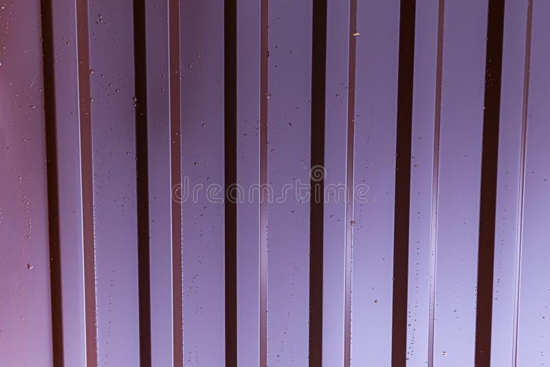 Le rouge lilas de modèle métallique vertical de profil a galvanisé extérieur couvert de baisses de la base industrielle de fond d photos stock