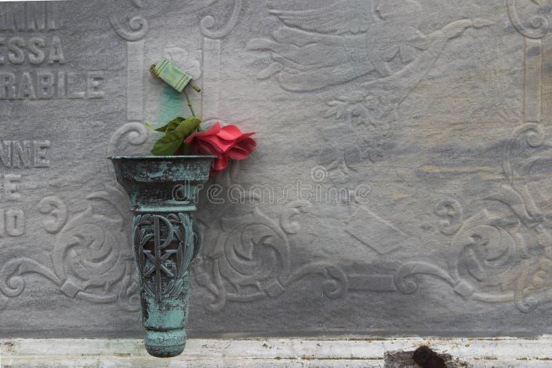 Le rouge a monté sur le cimetière photo libre de droits