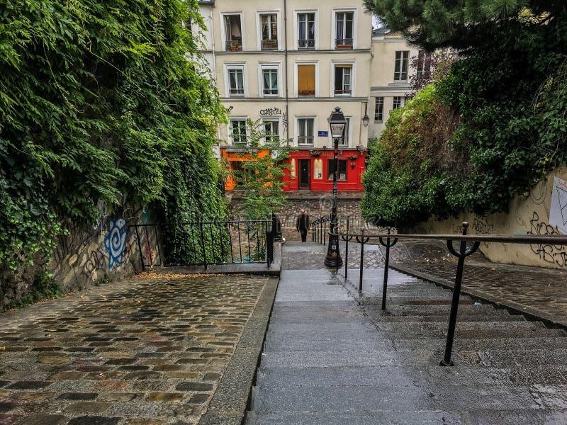 Le Rouge A Peint Le Café De Paris Au Fond D\'un Escalier De ...