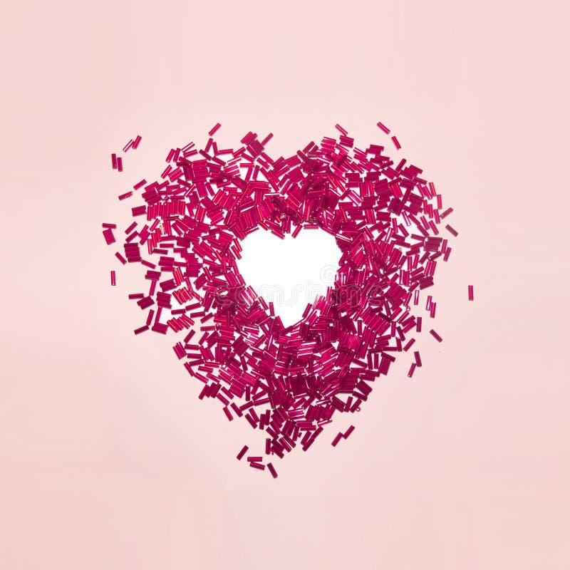 Le rouge sexy de valentine perle le coeur sur le rose image stock
