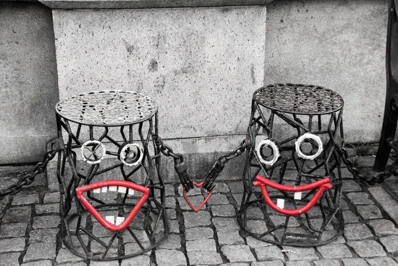 Le rouge sourit sur la rue photo libre de droits