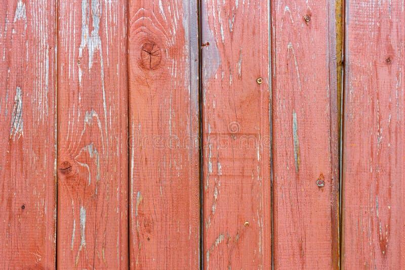 Le rouge superficiel par les agents a peint la texture en bois de planches avec des usures Fond en bois abstrait images stock