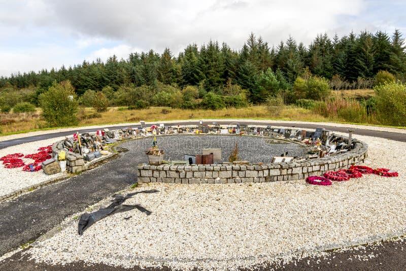 Le rouge tresse autour du jardin du souvenir au mémorial de commando, Lochaber, Ecosse photographie stock libre de droits