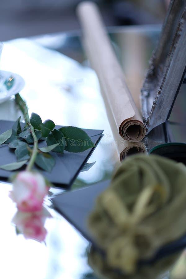 Le rouleau de papier et s'est levé avec un bourgeon blanc et rose photographie stock libre de droits