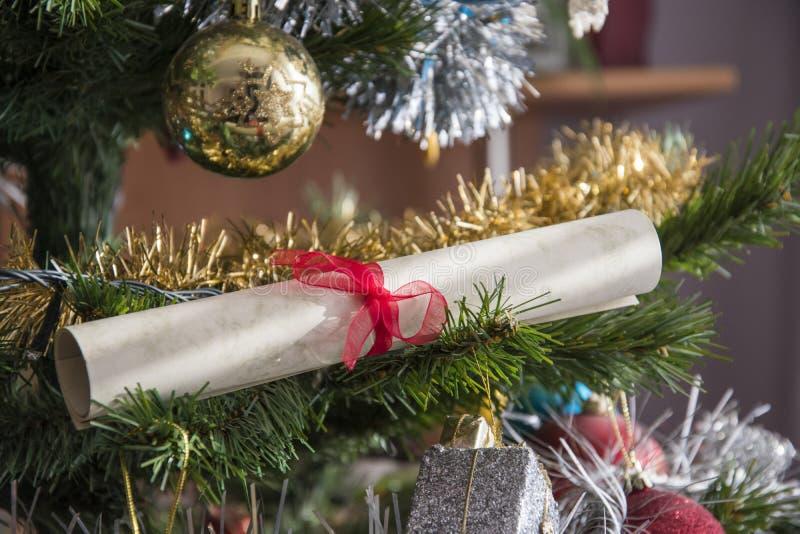 Le rouleau de papier, wishlist a roulé sur l'arbre de Noël Beau Cl photo libre de droits