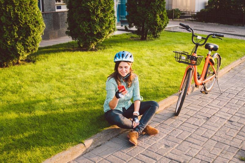 Le roulement d'homme et de ville vont à vélo, transport favorable à l'environnement Beau jeune repos se reposant caucasien de tra photos stock