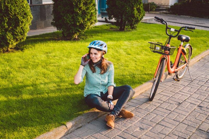 Le roulement d'homme et de ville vont à vélo, transport favorable à l'environnement Beau jeune repos se reposant caucasien de tra images libres de droits