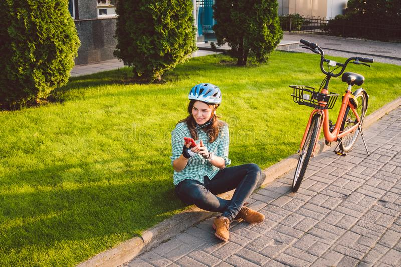Le roulement d'homme et de ville vont à vélo, transport favorable à l'environnement Beau jeune repos se reposant caucasien de tra image stock